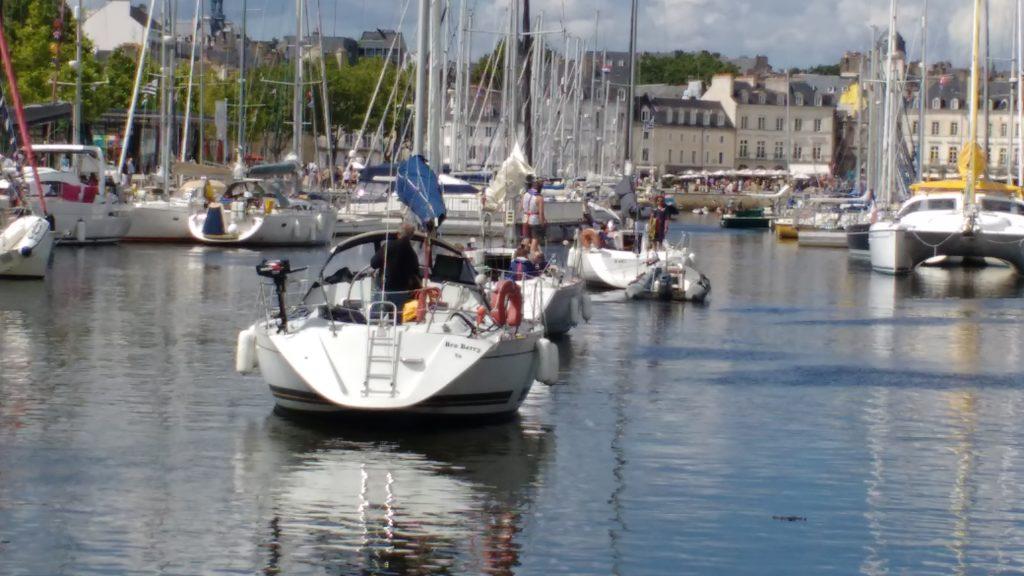 Port de Vannes, avec les bateaux entrés par l'écluse à la queue leu leu