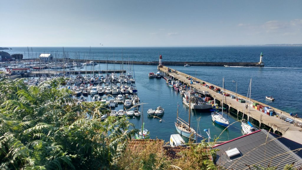 Port Tudy à Groix, partie avec les pontons en premier plan