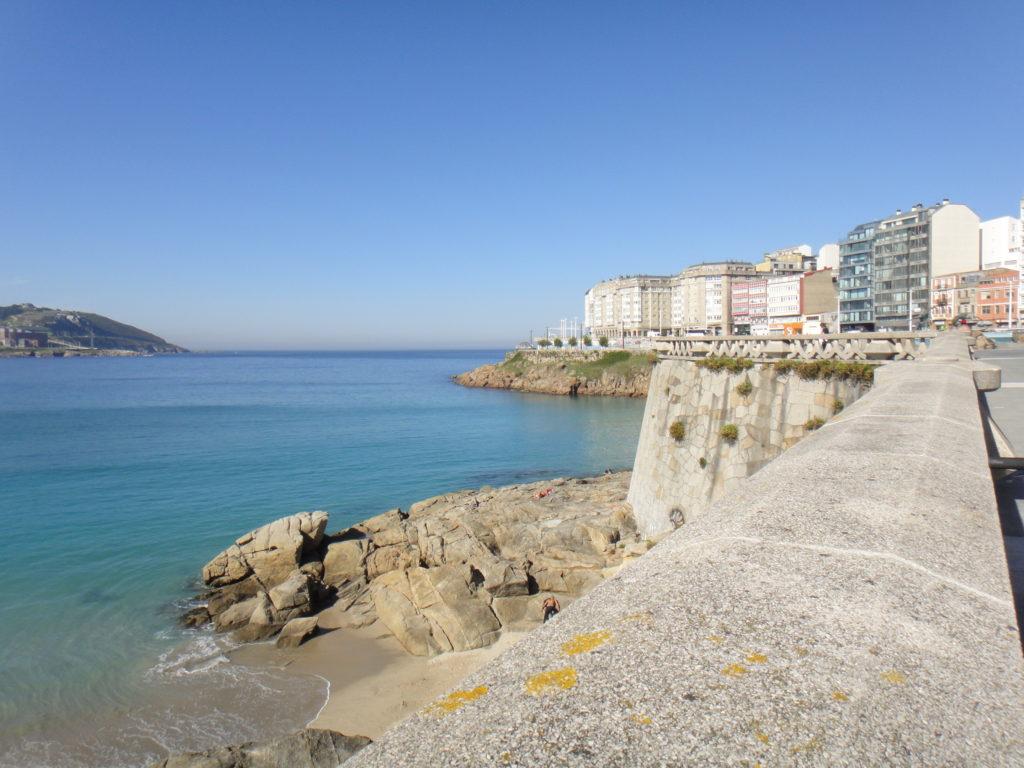 La vue de la grande plage de la Corogne ; voila qui donne envie de mouiller en plein milieu de la baie, plutôt que de payer 40€ la nuitée dans la marina.